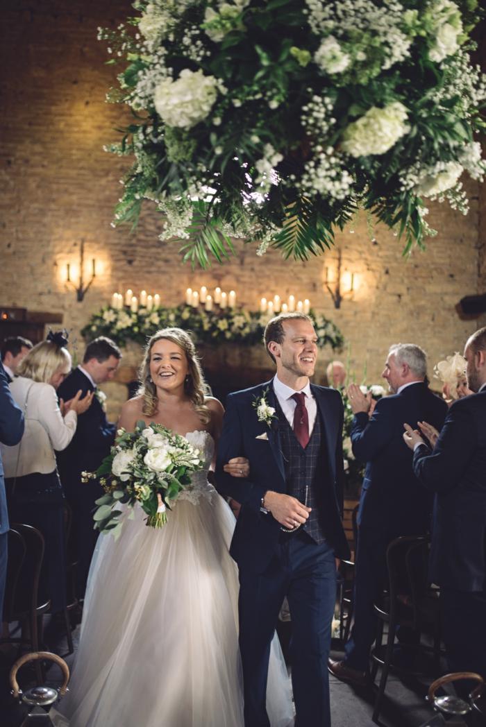 mariage champêtre dans une vieille grange, chandeliers en fleurs, mariage theme champetre