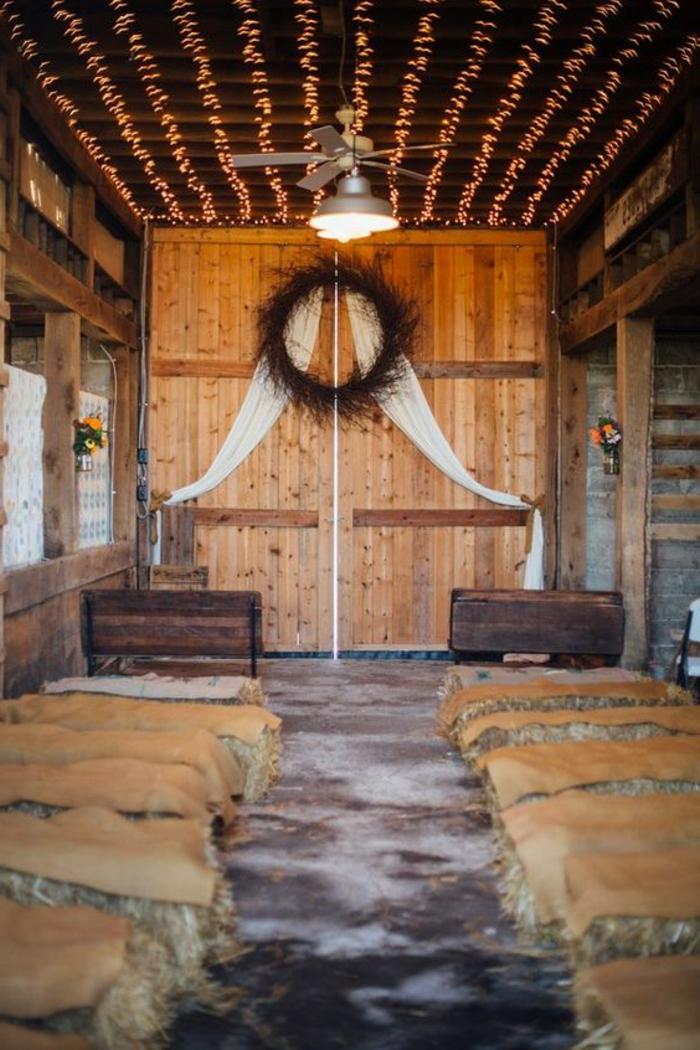 deco mariage a faire soi meme, grande porte de grange rénovée en bois, assises en balles de paille