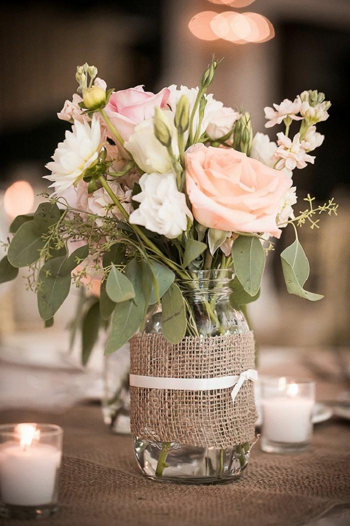 bouquet de roses mis dans un pot de verre enrobé de jute et mini bougeoirs