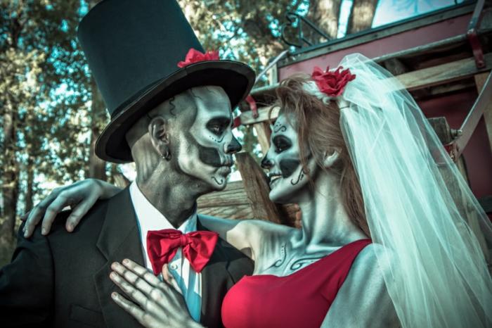 mariage de squelettes, maquillage affreux, voile blanc, chapeau cylindre, robe rouge, papillon rouge
