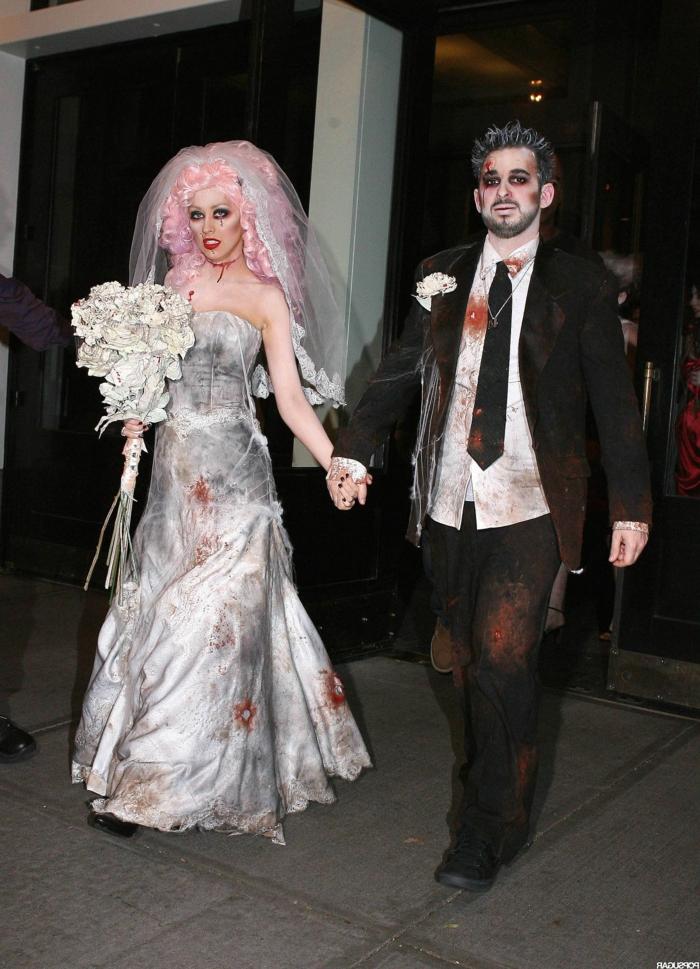 Christina Aguilera et son époux habillés et maquillés pour Halloween, mariage affreux, robe blanche longue et perruque rose