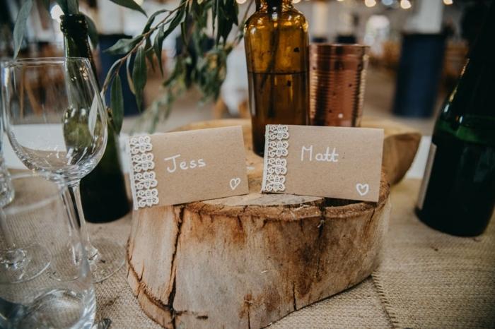 déco mariage champetre a faire soi meme, tronc de bois, les initiales des mariés mis au centre de la table