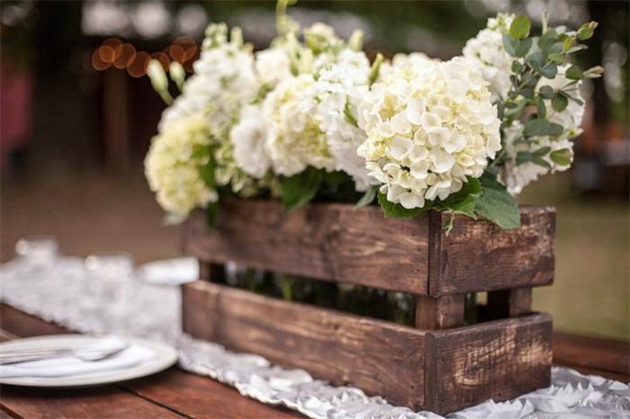 caisse en bois comme centre de table pour un mariage campagnard, hortensias blancs