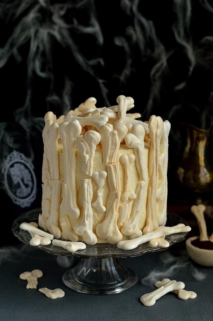 modèle de gâteau effrayant en couches avec déco en os sucrés, recette halloween dessert facile à la vanille