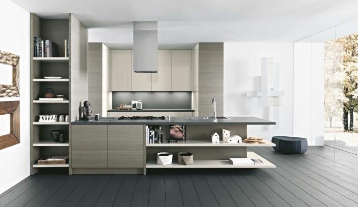 design intérieur en couleurs neutres dans une grande cuisine équipée et ouverte avec îlot central en longueur