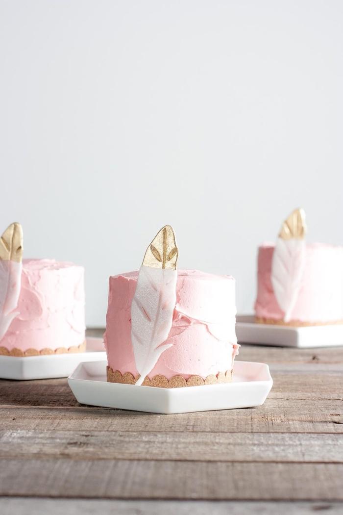 petit gâteau au glaçage à la crème au beurre décoré d'une plume en pâte à sucre blanc et or, deco pate a sucre bohème chic