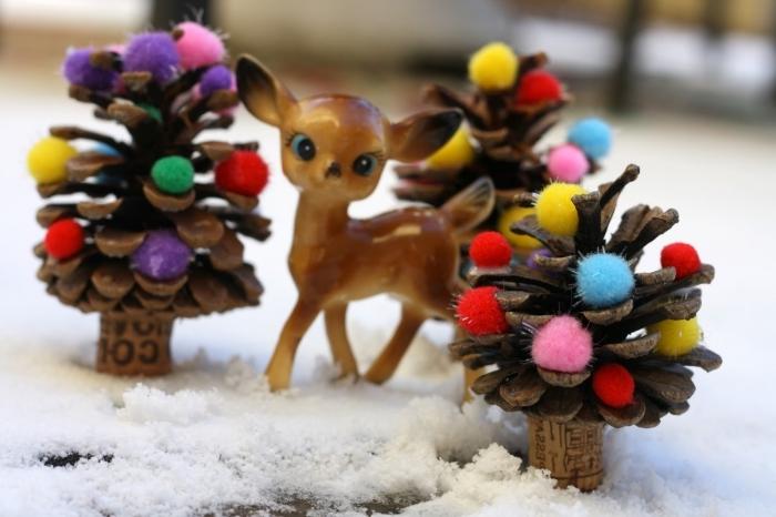 créer une déco de noel pour enfants avec matériaux recyclés, modèle de sapin en pomme de pin décoré avec mini pompons