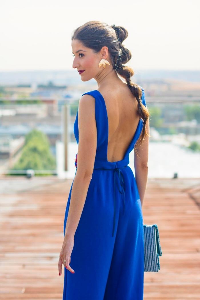 exemple de combinaison femme chic avec bretelles et dos ouvert, porter un combi pantalon bleu pour assister à un mariage