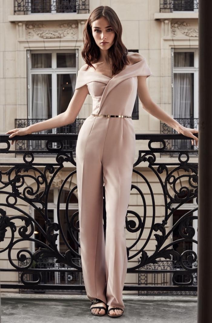 couleur rose pastel pour assister à un mariage, vision chic et moderne en ensemble combinaison chic et stylée rose pastel