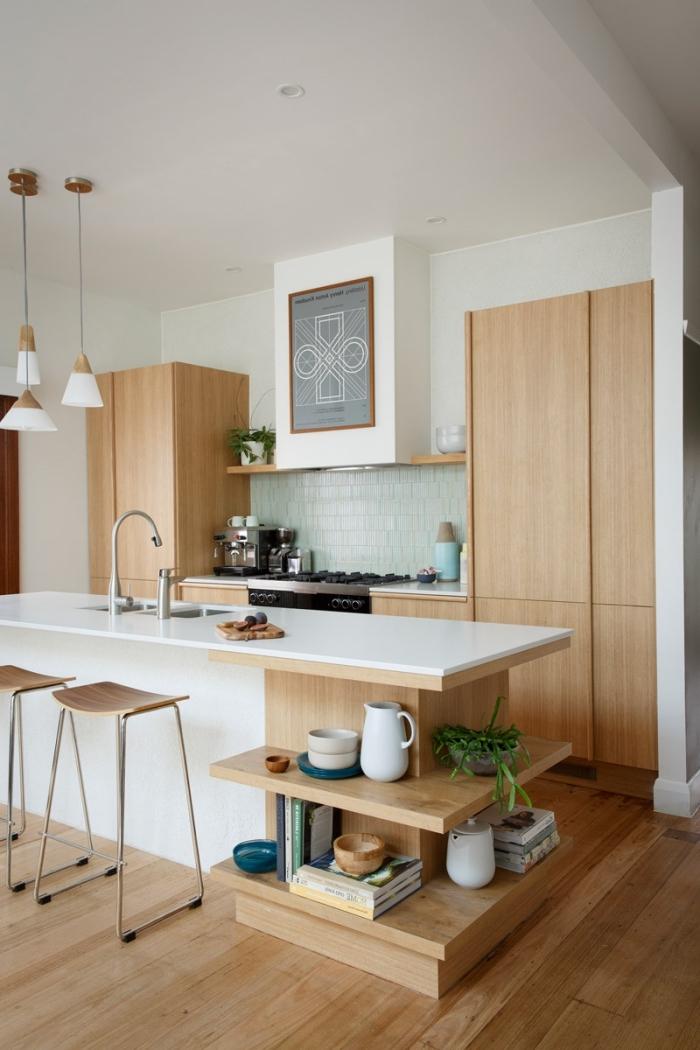 exemple de cuisine accueillante en blanc et bois avec éclairage lampes suspendues et îlot central équipé d'évier
