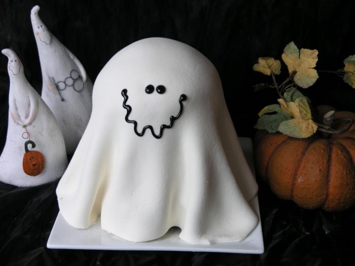 recette halloween dessert facile à faire, gâteau fantôme au fondant blanc avec déco chocolat, idée gâteau anniversaire enfant Halloween