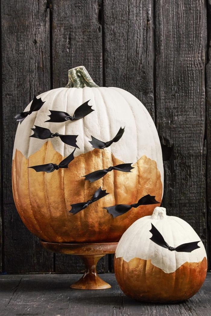 idée deco citrouille halloween élégante et stylée sur une citrouille, peindre une citrouille en blanc et cuivre avec déco en ruban noir