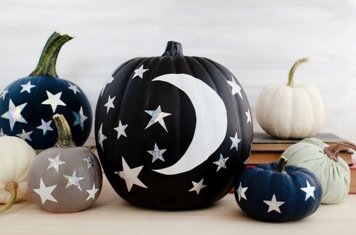 objets de déco DIY pour la fête Halloween, modèle de citrouille peinte en noire avec déco motifs étoiles brillantes