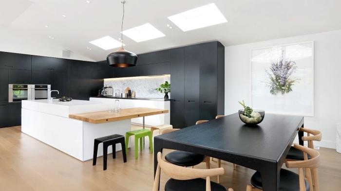 avec quelle couleurs associer le bois dans une cuisine spacieuse et moderne, idée aménagement cuisine tendance 2018