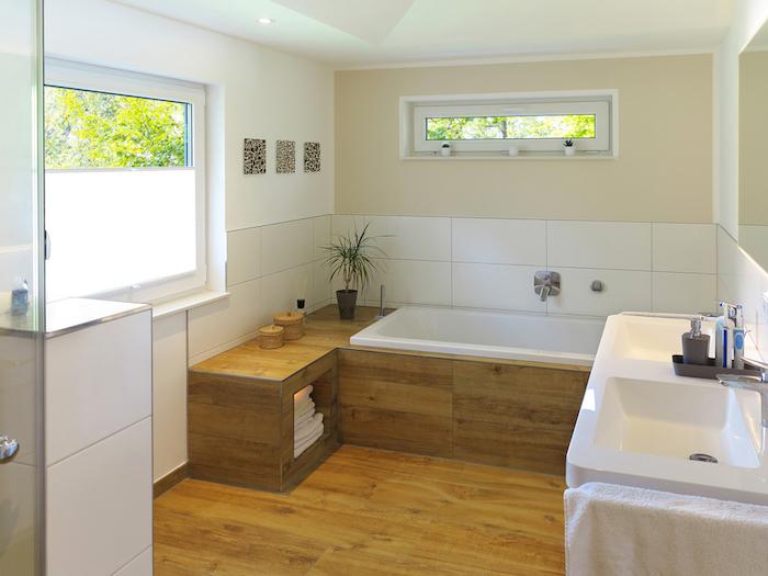 salle de bain claire avec sol et cadre de baignoire en bois et mur beige taupe
