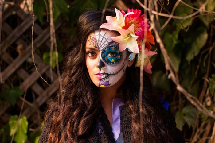fille déguise, maquillage de carnaval, fleurs dans les cheveux, visage demi maquillé, maquillage halloween squelette coloré