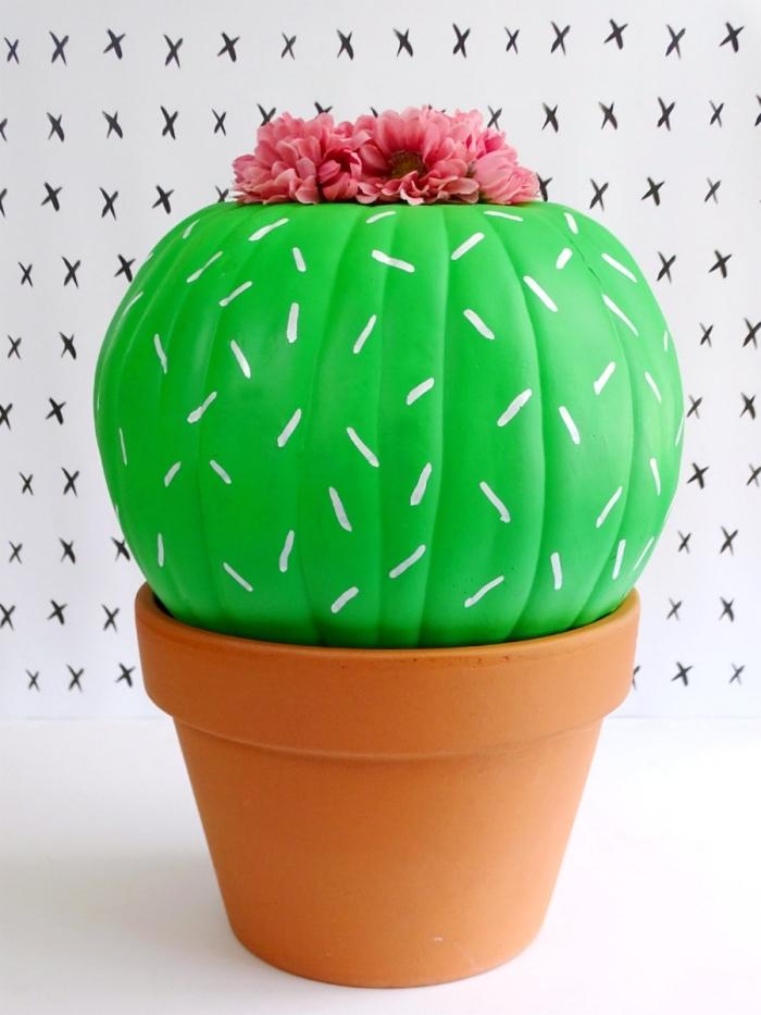 que faire avec une citrouille, projet créatif pour faire une jolie déco à design faux cactus, modèle citrouille peinte en verte