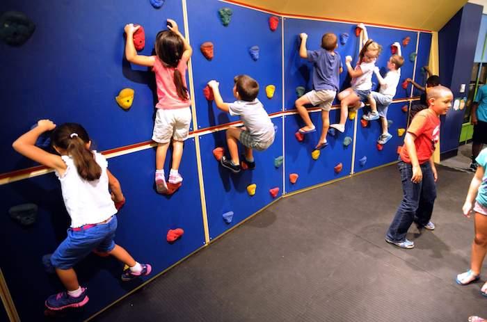 exemple de divertissement anniversaire original, mur d escalade enfant dans un par d attraction enfant, anniversaire 9 ans activité originale