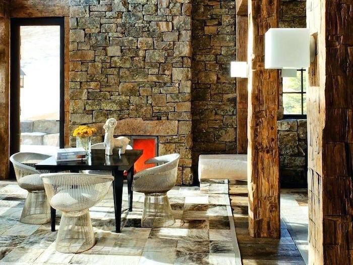 intérieur de maison rustique avec mur de pierre carrée et colonnes en bois ancien sur sol carrelage