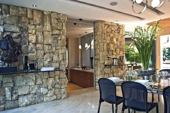 séparation cuisine et salon avec murs décoratifs en pierres de parement sur sol de carrelage couleur marbre