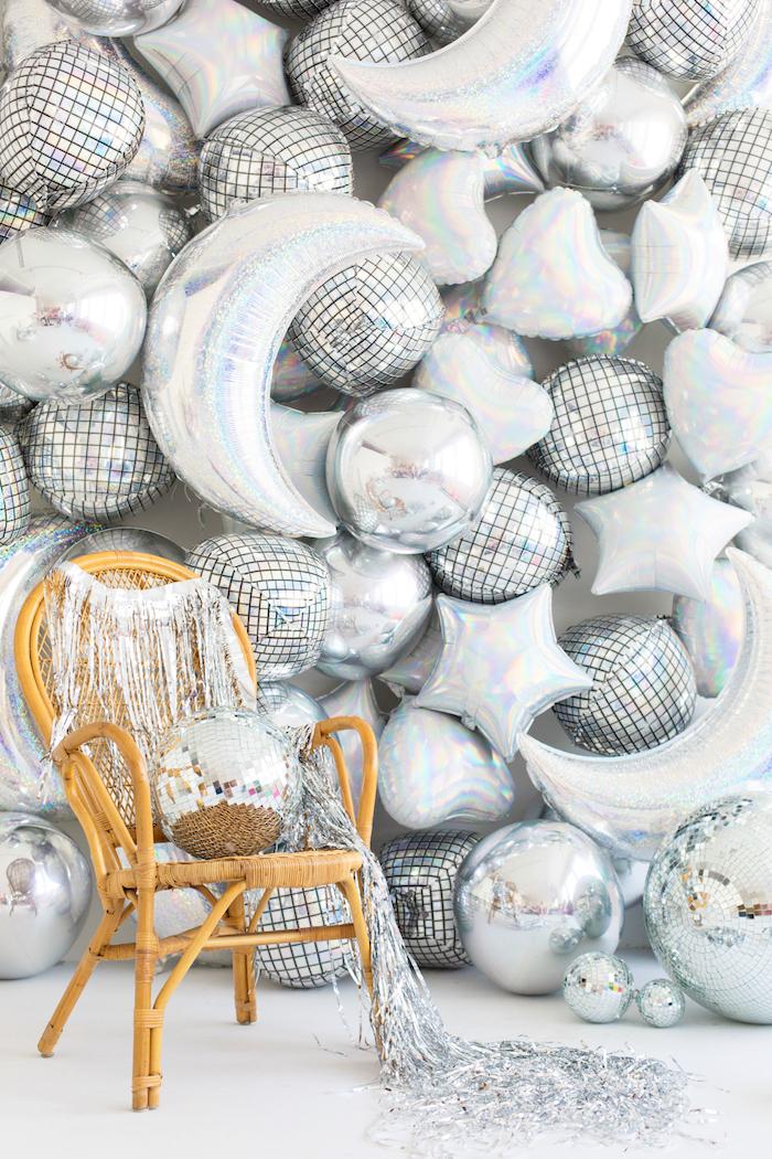 Deco anniversaire pas cher, deco anniversaire 18 ans, gateau 18 ans, mur en ballons argentés style disco