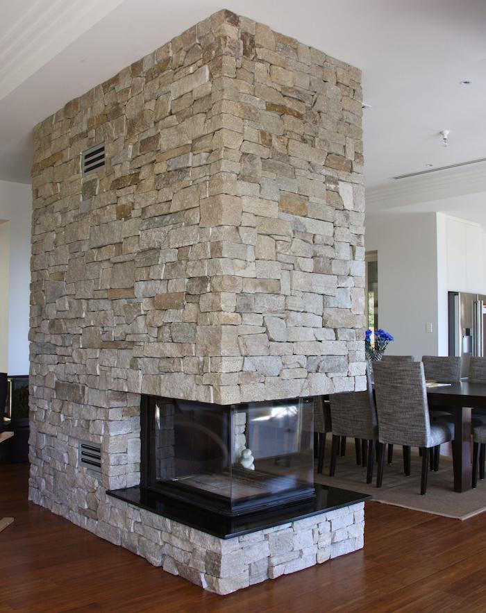 conduit de cheminée et séparateur de pièce salle à manger en pierres de parement
