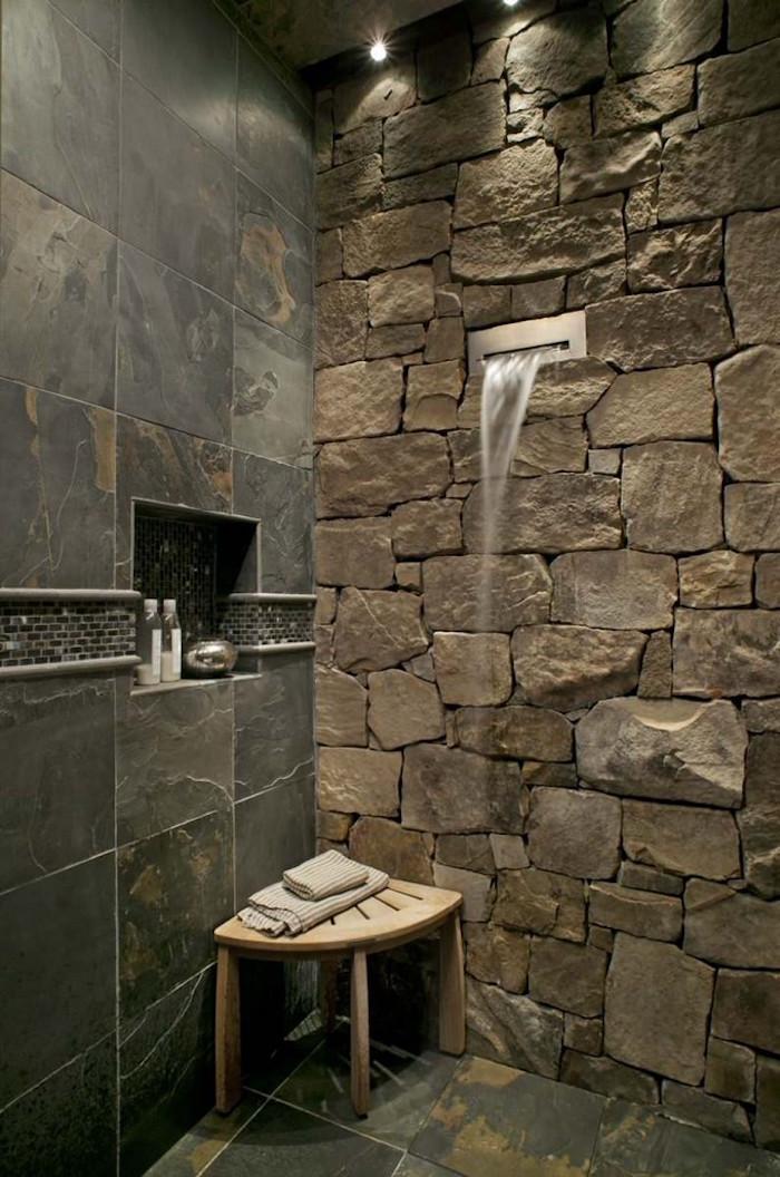 salle de bain design et originale avec douche dans mur en pierre et carrelage
