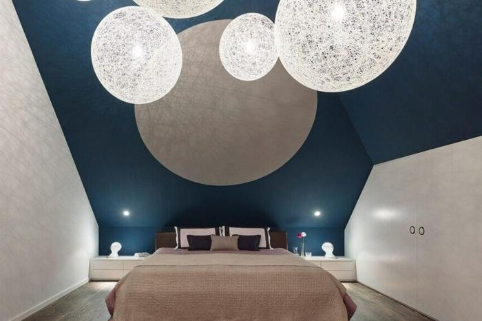 luminaires ronds, deco peinture chambre, plafond sous pente, chevets blancs