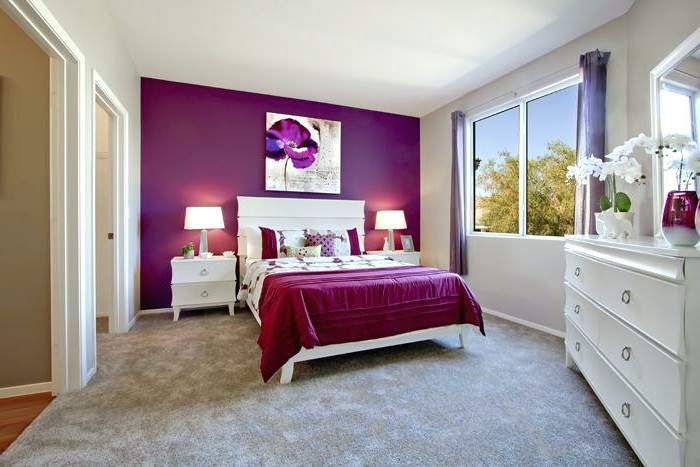grande commode blanche, peinture pour chambre pourpre, tapis gris, plafond blanc, peinture abstraite, fenetre