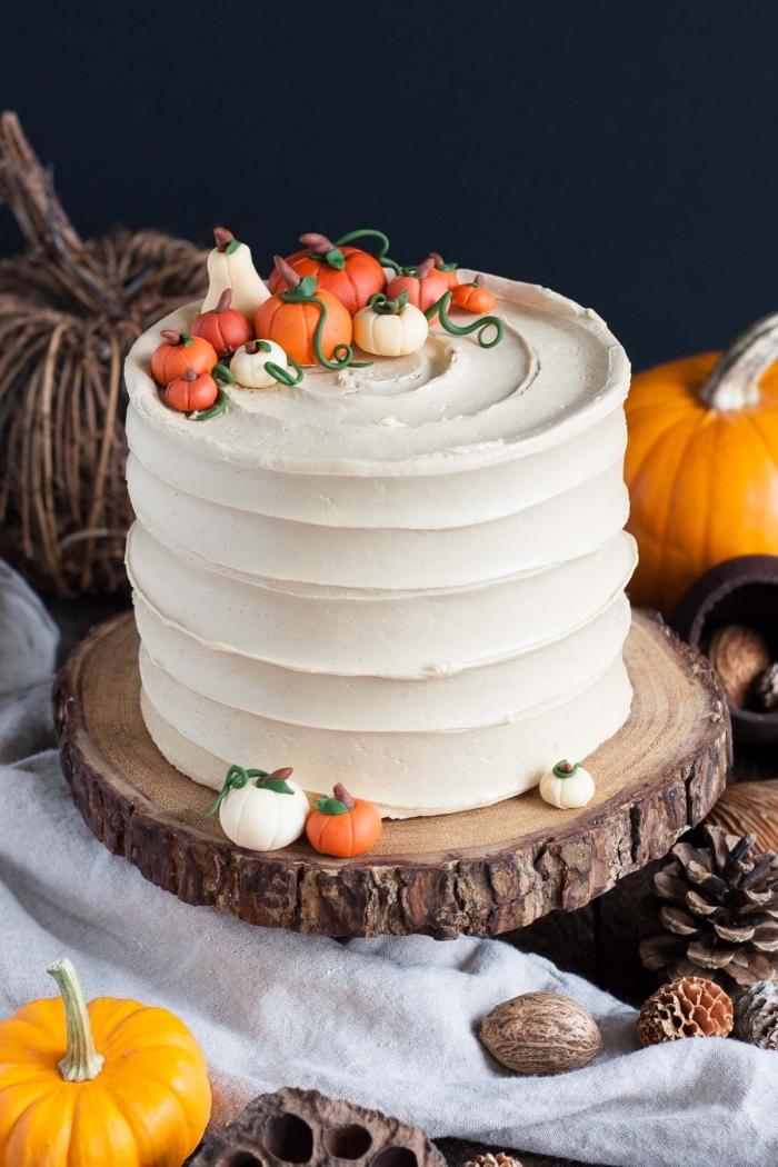 idée comment décorer un gâteau simple en couches avec petites figurines en fondant coloré aux motifs citrouilles, idée repas halloween ou dessert facile