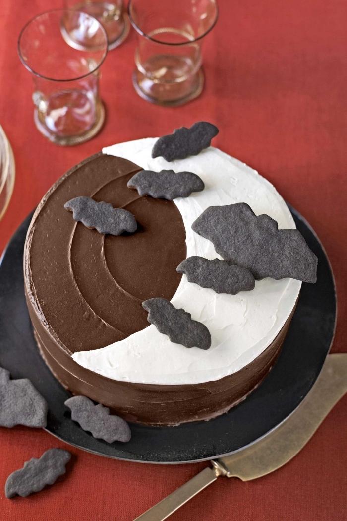 décoration de gâteau au glaçage chocolat avec fondant blanc en forme de lune et chauves souris en fondant coloré noir