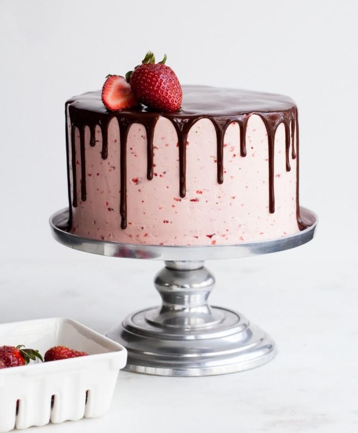 joli gâteau au glacage fraise et chocolat, décoration facile pour réaliser un gâteau dégoulinant au coulis de ganache chocolat