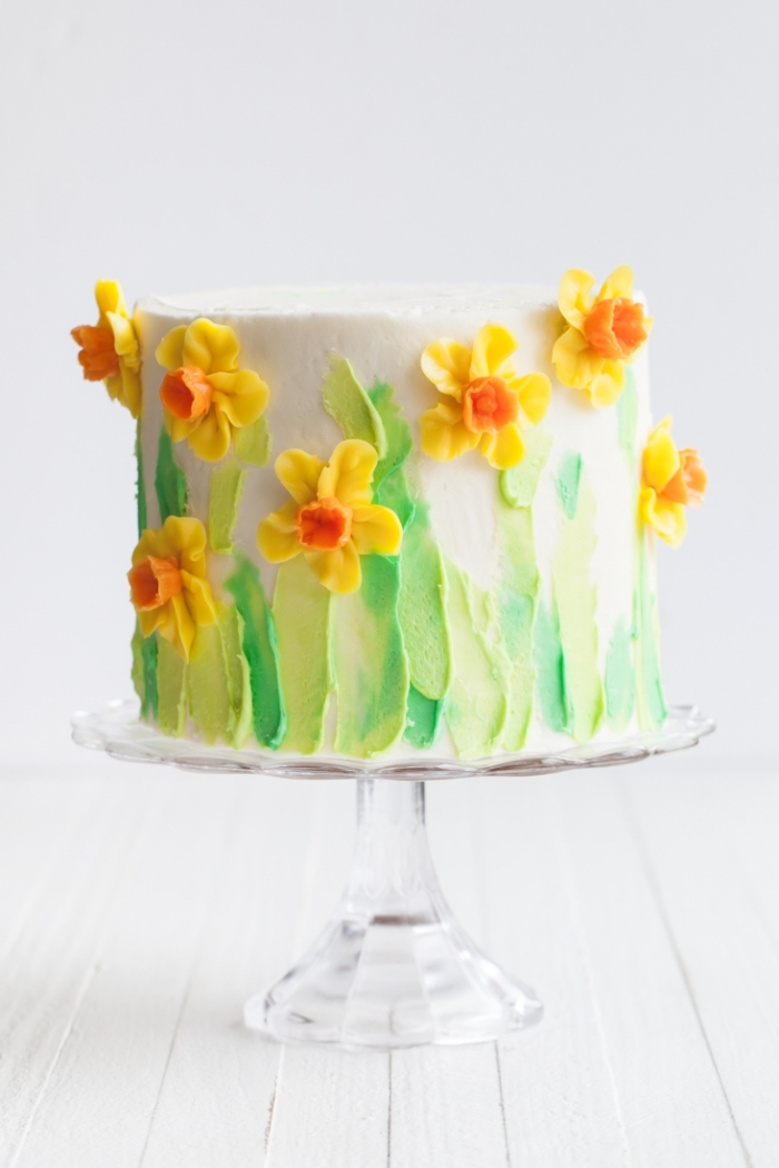 gâteau d'anniversaire de printemps au glacage blanc et vert à la crème au beurre, décoré de fleurs en pâte à sucre