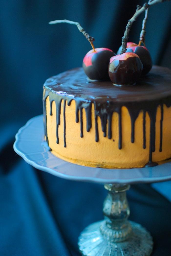 recette halloween dessert, modèle de gâteau simple en couche avec ganache orange et glaçage chocolat à décoration fruits