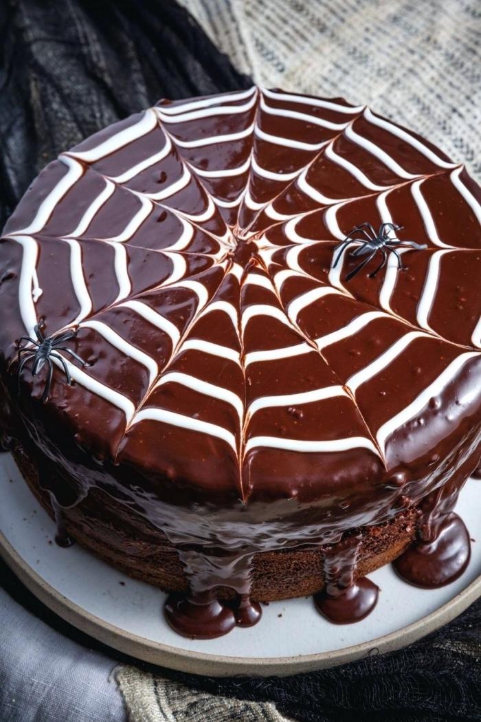 idée pour un gateau halloween araignée, recette dessert facile au chocolat, gâteau au chocolat avec déco toile d'araignée facile