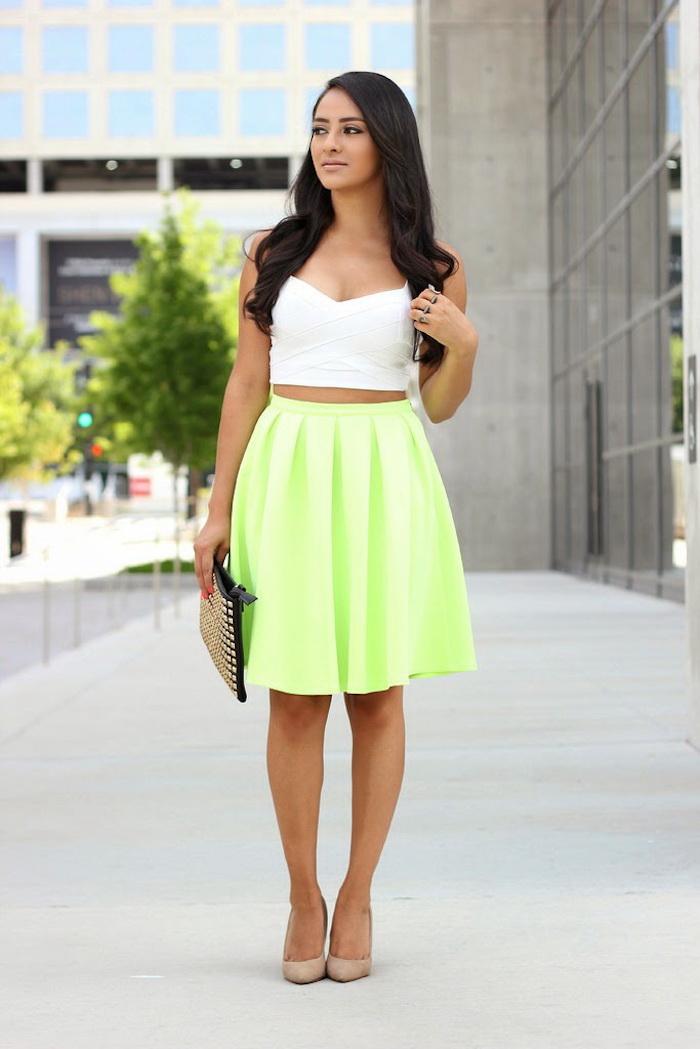 Tenue moderne neon avec chaussures à talon nudes, top blanche courte, jupe trapeze taille haute à couleur néon