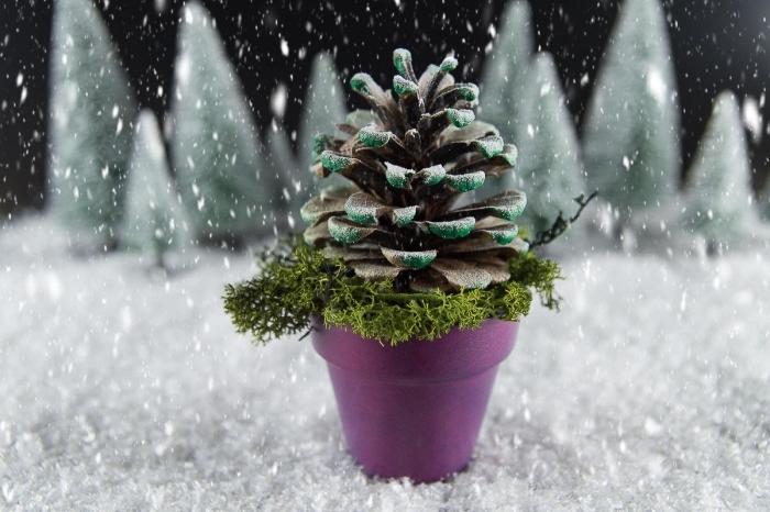 idée comment faire un sapin en pomme de pin, objet de déco de noel facile, modèle de pomme de pin colorée en vert dans un mini pot à fleur