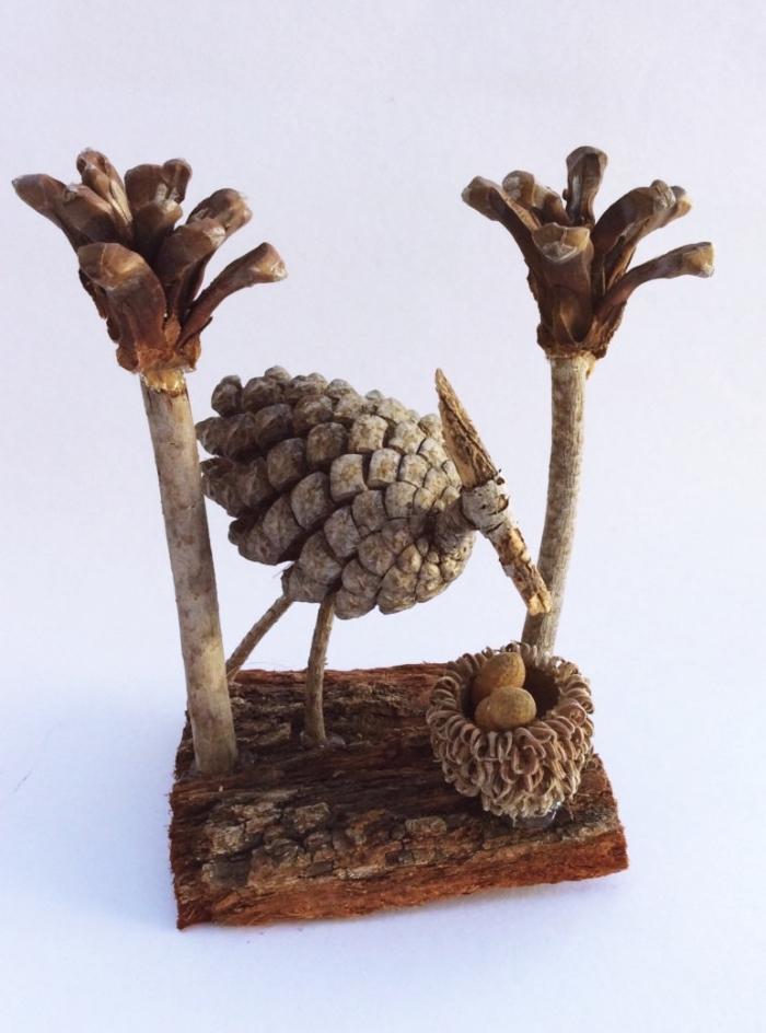 apprendre à fabriquer des figurines en matériaux naturels, diy cigogne en pomme de pin avec mini palmier et nid
