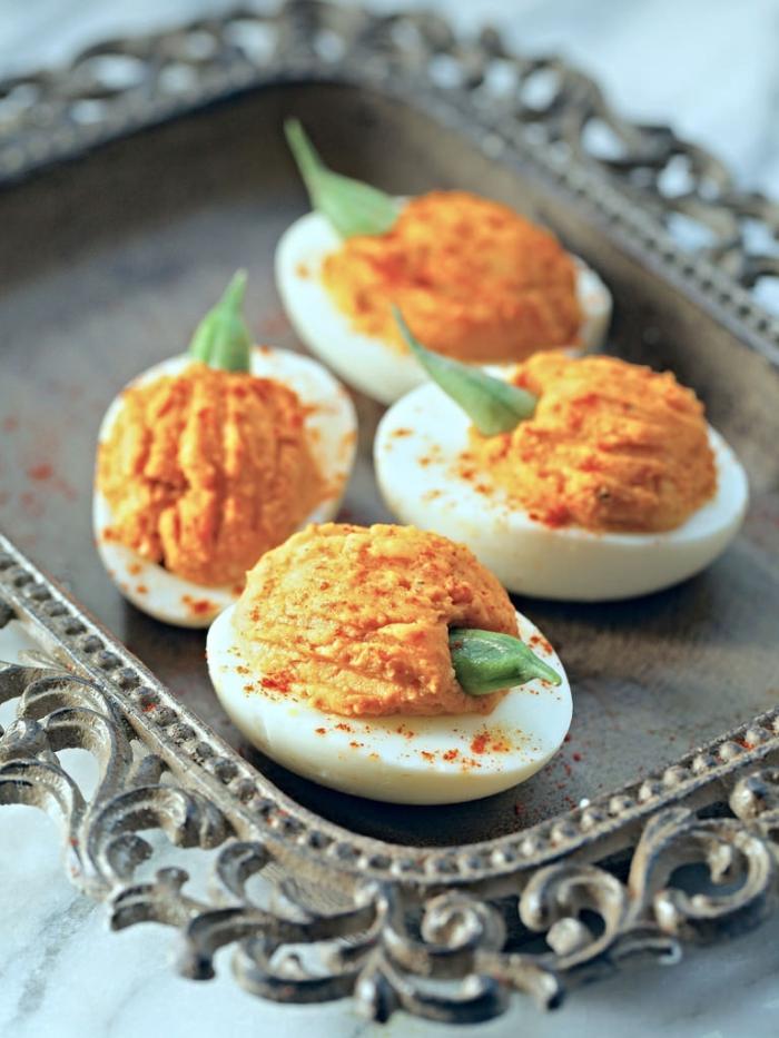 des oeufs mimosa aux épices façon petites citrouilles d'halloween parfaits pour une entrée classique pour votre repas halloween