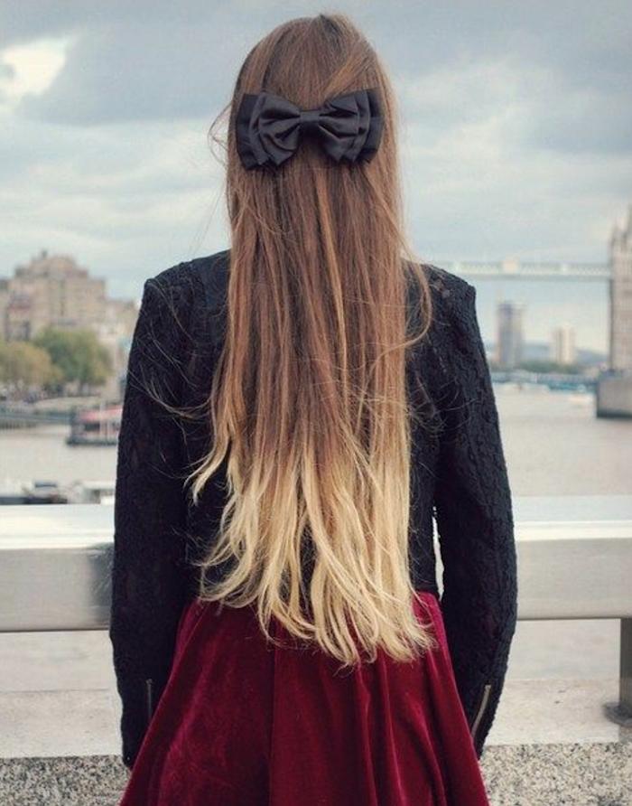 photo femme de dos avec vue sur bridge aux longs cheveux chatains avec pointes blondes en tie and dye dégradé