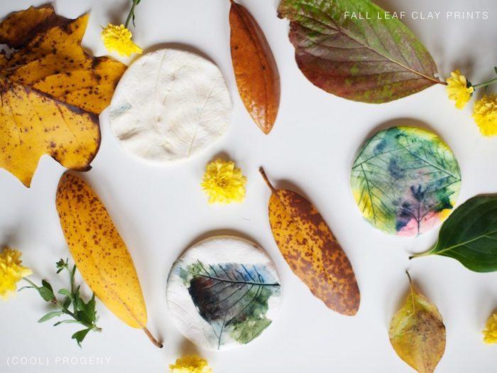 empreinte de feuille morte sur pâte à modeler colorée, comment faire une décoration automne facile et rapide