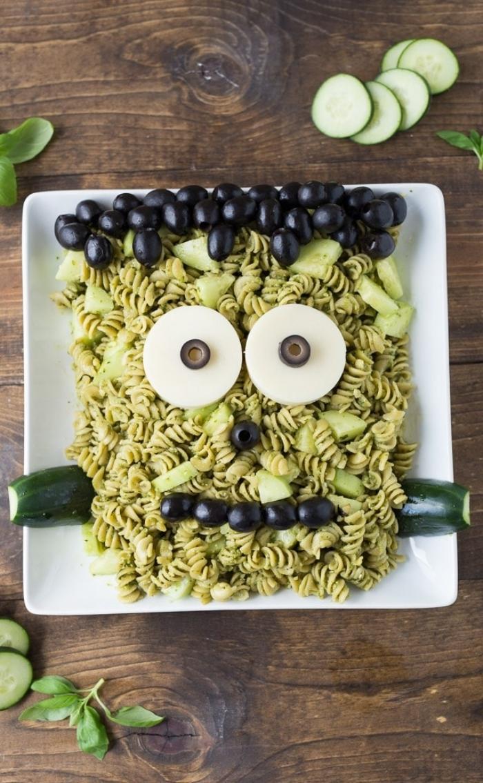 recette halloween salé originale de pâtes au pesto vert avec olives, concombre et morceaux de mozzarella