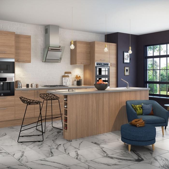 carrelage de sol tendance moderne à imitation marbre blanc, modèle de chaises de bar en fer, idée grande ou petite cuisine avec ilot central