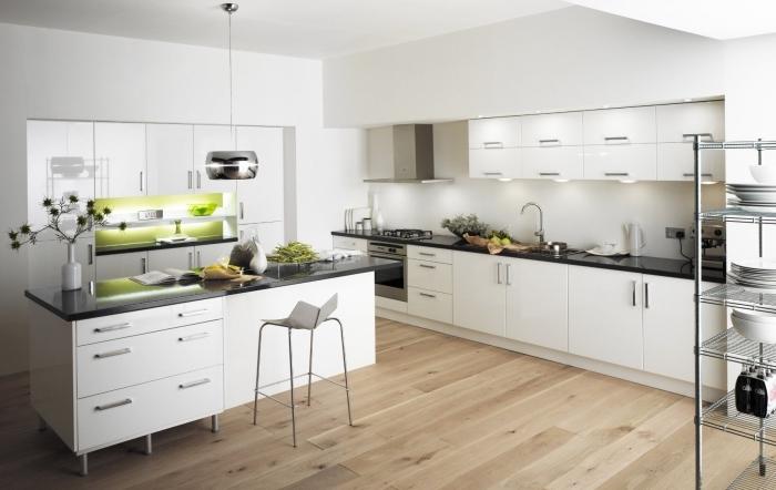 idée déco cuisine blanche avec meubles aux portes blanches et comptoir en noir, modèle îlot bicolore avec tiroirs