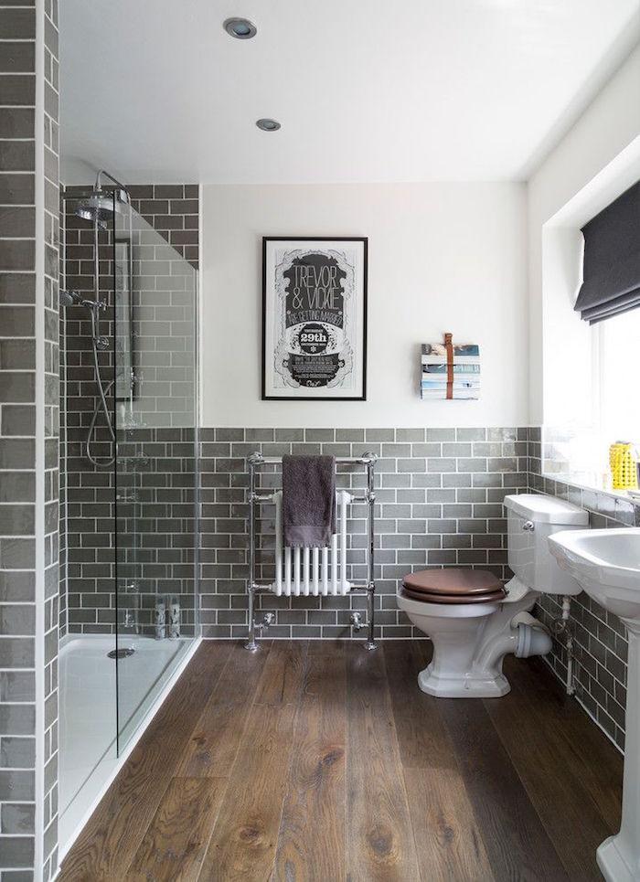 salle de bain grise avec douche italienne et sol en parquet bois foncé, support chauffage chrome