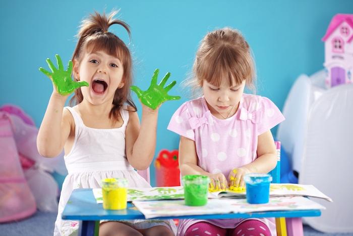 atelier créatif peindre avec des empreintes de main sur papier, idée anniversaire 5 ans inoubliable, jeu créatif enfant