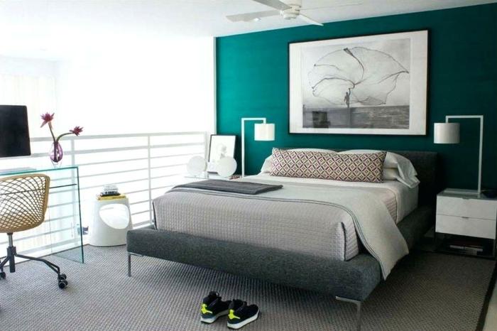 chambre de garçon, deco peinture chambre, mur bleu-vert, tapis gris, bureau en verre, chevets blancs
