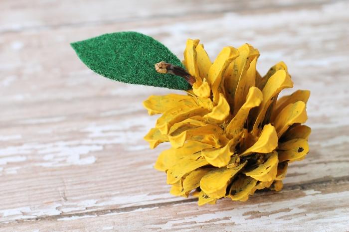 modèle de figurine de fruit diy, idée pour bricolage pomme de pin, diy poire en pomme de pin colorée en jaune avec feuille en feutre textile vert