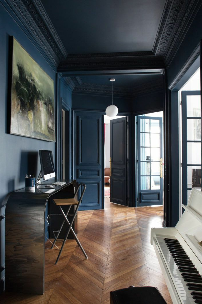 quelle couleur pour agrandir un couloir, murs bleu pétrole, console noire, piano blanc