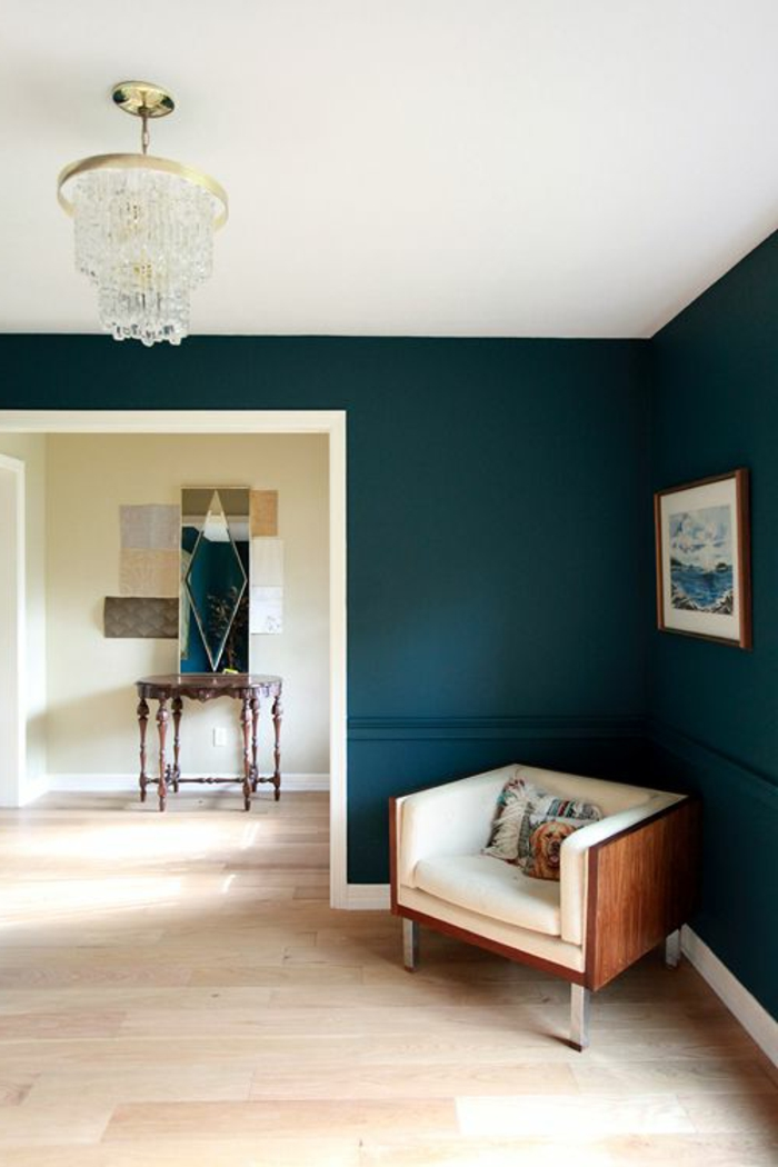 quelle couleur pour agrandir un couloir, lustre en cristal, fauteuil cosy, console baroque